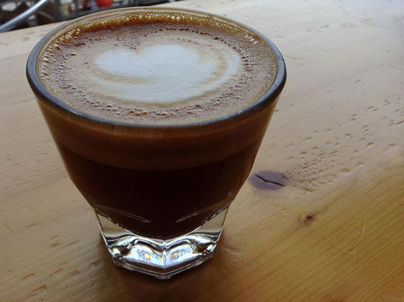 Le cortado : commandez-le seulement si vous appréciez le goût de l'espresso.