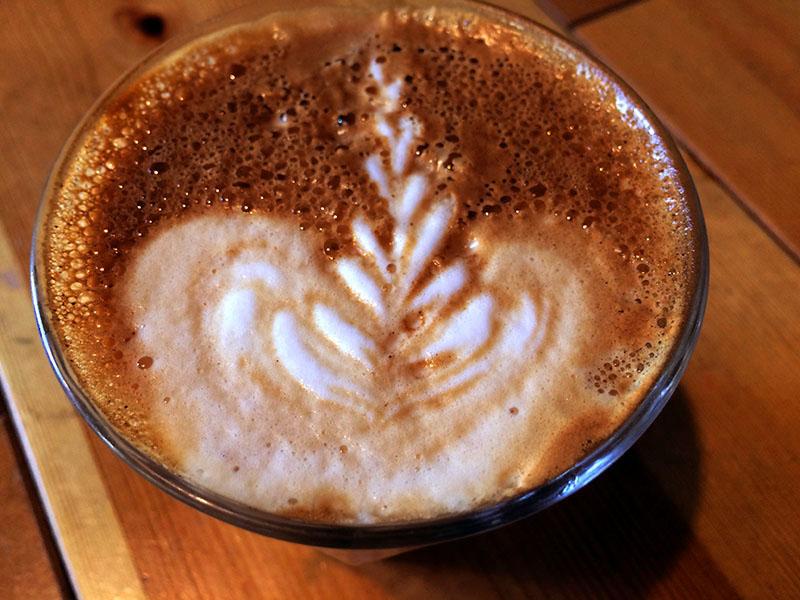Le petit latté au verre, au Pagaille! Café