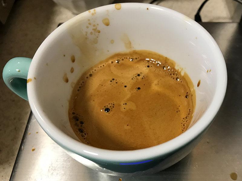Dose d'espresso dans une tasse