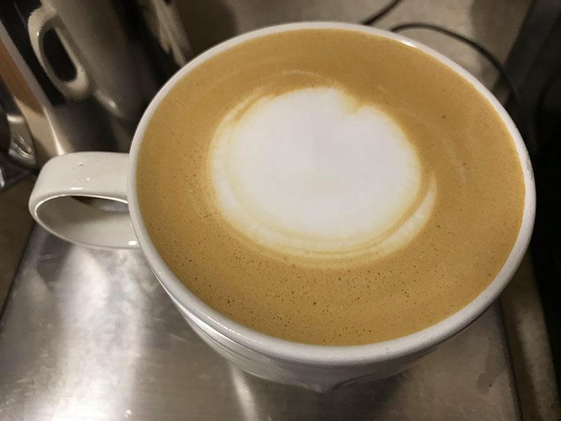 Latté dans une tasse